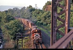 Net Photo: LV 640 Lehigh Valley Alco at Dupont, Pennsylvania by Center for Railroad Photography and Art Railroad Photography, Lehigh Valley, Ways To Travel, Train Rides, The Good Old Days, Train Station, Locomotive, Pennsylvania, Around The Worlds