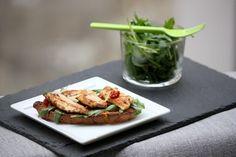 Bruschetta de poulet mariné, tomates confites et Parmesan