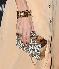 Pin for Later: Olivia Palermo und Gigi Hadid tragen das gleiche Kleid – und es ist perfekt für Weihnachten & Silvester Passende Accessoires: Ein breites Armband, ein großer Ring und eine Box-Clutch