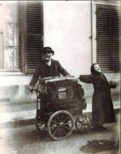 Joueur d'Orgue. Eugène Atget.