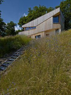 CONSTRUCTION D'UNE MAISON DANS LA PENTE A GUEBWILLER (France) par AJEANCE Architecte