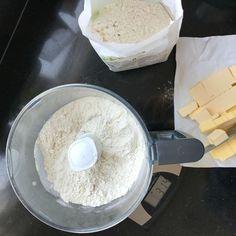 Karbonade bakken: 6 tips voor de lekkerste karbonade! Slow Food, Pasta, Glass Of Milk, Broccoli, Camembert Cheese, Biscuits, Oven, Dairy, Snacks