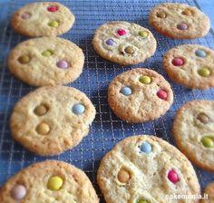 Che buoni questi biscotti con gli Smarties al posto delle gocce di cioccolato: croccanti come delle tegoline, allegri, così facili da fare che potete lasciare che siano proprio i vostri bambini a prepararli per la loro merenda!