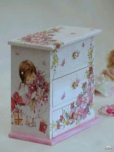 61 Best ideas for painted furniture kids shabby chic Painting Kids Furniture, Decoupage Furniture, Painted Furniture, Furniture Design, Decoupage Vintage, Decoupage Box, Craft Projects, Projects To Try, Shabby Chic Crafts