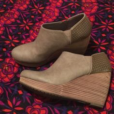 """Dr. Scholl's """"HARLOW"""" comfort wedge NWOT✨ GORGEOUS taupe Super Chic comfort wedge‼️Worn 1x inside. I had back surgery & can't tolerate a heel now. Only reason for selling!  Soft synthetic uppers & faux leather heel cup features, on-trend cutout details. Features side vents with hidden stretch for added flex. Soft textile lining. Cushioned footbed with Memory Fit foam for all-day comfort & support. Stacked wedge heel & platform. Durable rubber outsole. Heel Height: 3 1⁄2"""" Weight: 10 oz…"""