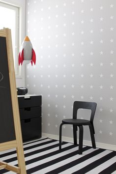 Witte sterren met grijze achtergrond, behang = stars on the wall I pin from www.studiois.nl I