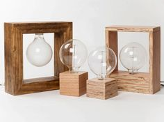 Lámparas de mesa hechas a mano con maderas recicladas