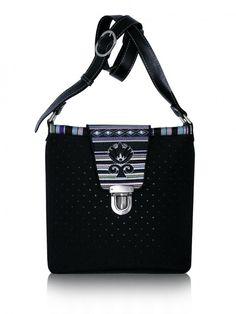 Pikowana torebka z haftowaną klapą i pasem