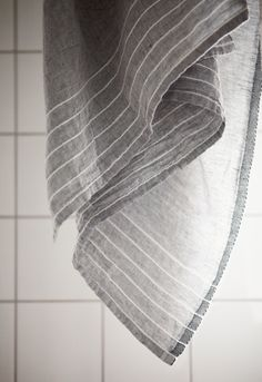 KASTE towel in 100% washed linen. Design by Anu Leinonen, woven by Lapuan Kankurit in Finland.