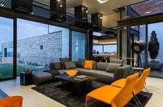 salon desin gris avec meubles et décoration aux accents orange