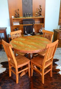 Mesa redonda Rústica com pé central, e cadeiras Mineiras Plainadas 1,00 x 0,80