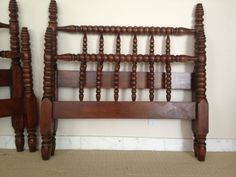 Twin beds - Spindle >>REDUCED