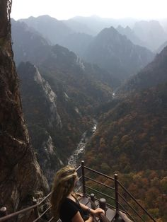 Last fall during the foliage peak one of the most beautiful places I have ever been to. Seoraksan National Park Sokcho-si Gangwon-do South-Korea New Travel, Travel Goals, Asia Travel, Santorini Travel, Greece Travel, Mountain Photography, Travel Photography, Seoraksan National Park, World Pictures