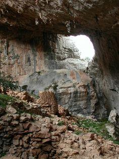 Tiscali ist eine Nuraghendorf, das in einer Höhle in dem gleichnamigen Monte Tiscali versteckt liegt und das Archäologen, Wissenschaftlern und Forschern bis heute ungelöste Rätsel aufgibt.