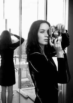 Celebrities With Their Cameras Emily Blunt. One of my most favourite Actresses. One of my most favourite Actresses. Girls With Cameras, Old Cameras, Vintage Cameras, Vintage Photos, Dslr Photography Tips, Film Photography, Digital Photography, Emily Blunt, Female Photographers