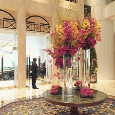 We welcome you with this gorgeous floral masterpiece as you arrive! - at Island Shangri-La, #HongKong