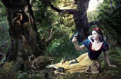 A atriz Rachel Weisz como Branca de Neve, em 2007, em campanha para promover o universo de Walt Disney.