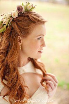 Novia con corona de rosas crema y rosas color chocolate