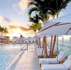 Happy Monday! Wir träumen von diesem Hotelpool auf dem @the1rooftop