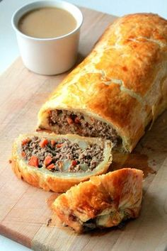 Minced Beef Wellington also known as porongo de carne. Beef Wellington Recipe, Wellington Food, Ground Beef Wellington, Beef Wellington Jamie Oliver, Chicken Wellington, Easy Beef Wellington, Meat Recipes, Cooking Recipes, Recipies