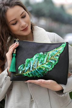 Best 11 Women's Black Giant Feather Applique Vegan Clutch- Kadın Siyah Dev Tüy Aplikeli Vegan Clutch Women's Black Giant Embroidery Bags, Embroidery Fashion, Diy Bags Purses, Purses And Handbags, Diy Fashion, Fashion Bags, Potli Bags, Boho Bags, Jute Bags