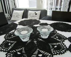 Tee-se-itse-naisen sisustusblogi: Dyed Doilies Sewn Together Table Clothes, Diy Table, Doilies, Diy Projects, Craft Ideas, Black And White, Cool Stuff, Crochet, Crafts