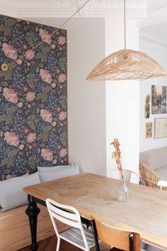 le papier peint encadré de baguettes dorées pour créer un effet tapisserie www.hello-hello.fr