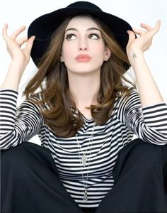 Anne Hathaway wears a center part under her hat