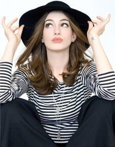 Anne Hathaway wears a center part under her hat