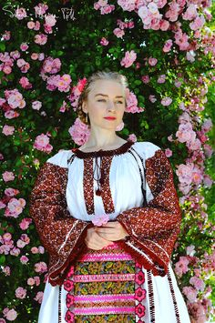 Romanian Flag, Romanian Women, Traditional Fashion, Traditional Dresses, Ethnic Fashion, European Fashion, Ukraine, Orthodox Wedding, Romantic Girl