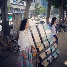 Predicación en (Public witnessing in Korea. Public Witnessing, Family World, Kingdom Hall, Jehovah S Witnesses, Matthew 24, Bible Covers, Everlasting Life, Mandolin, Happy People