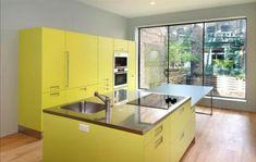 cuisine îlot central en couleur jaune parquet flottant de sol