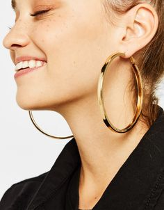 Discover this and many more items in Bershka with new products every week Cute Jewelry, Jewelry Accessories, Women Jewelry, Jewelry Design, Red Earrings, Gold Hoop Earrings, Oversized Hoop Earrings, Cute Headphones, Rose Gold Charms
