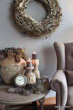 Old clock vignette and vintage decor for charming living room Wabi Sabi, Design Mandala, Old Clocks, Home And Deco, Interior Exterior, Rustic Interiors, Rustic Decor, Sweet Home, Shabby Chic