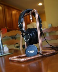 10 Super Creative DIY Headphone Stand Ideas (Some are from Recycled Materials) Best In Ear Headphones, Diy Headphones, Diy Recycle, Recycling, Diy Headphone Stand, Office Paint Colors, People Brand, Pipe Furniture, Audiophile