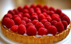 Ingredientes  Base da torta:  90g de farinha de trigo 50g de manteiga cortada em cubos 1 colher (chá) de açúcar 1 pitada de sal 1 gema de ovo 1 colher (chá) de vodka Recheio:  175g de geleia de lingonberry ou de cranberry 150g de amêndoas sem casca 75g de manteiga em temperatura ambiente 50g de açúcar refinado 2 ovos 1/2 colher (chá) de extrato de amêndoas 1 pitada de sal 1 colher (sopa) de farinha de trigo 100g de açúcar de confeiteiro 1 colher (sopa) de água 150g de framboesas frescas