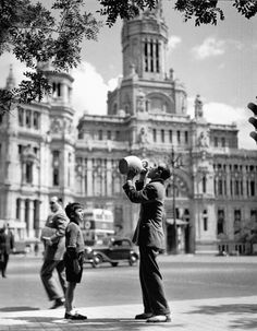 Madrid, // Francesc Català-Roca was a Spanish photographer. His photography is characterized by the pursuit of human environment under original views. Old Pictures, Old Photos, Vintage Photos, Black And White Artwork, Black And White Pictures, Human Environment, Foto Madrid, Real Madrid, Portugal