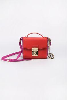 1f203a4ab1 Δίχρωμη τσάντα με μεταλλικό logo σε αλυσίδα.  li style