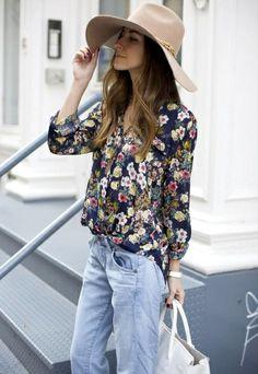 Chemise à imprimé fleuri sur fond sombre + jean un peu loose = le bon mix