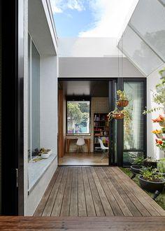 Szürke, fekete-fehér a modern dekoráció és a homlokzat számára Melbourne Architecture, Contemporary Architecture, Interior Architecture, Bali, Country Modern Home, Dark House, Narrow House, Melbourne House, Ground Floor Plan