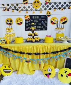 Los caracteres usados para los mensajes instantáneos de whatsapp, ahora son parte  de todos los servicios de comunicación como facebook o t... Birthday Party Games For Kids, 13th Birthday Parties, Birthday Party Decorations, Sweet Table Decorations, Emoji Decorations, Emoji Theme Party, Instagram Party, Ghostbusters, Facebook