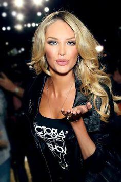 Candice Swanepoel- Love her hair! Wedding Hairstyles, Cool Hairstyles, Blonde Hairstyles, Beauté Blonde, Warm Blonde, Golden Blonde, Corte Y Color, Braut Make-up, Wedding Hair And Makeup