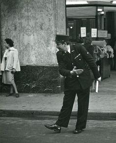 Robert Doisneau - L'Agent de Police courtois, 1951