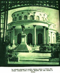 Entrada del Teatro Municipal, foto tomada desde el hotel Majestic, que está situado al frente (el cual fue demolido para construir las Torres de El Silencio); por esa razón, se tuvo que modificar dicha entrada.