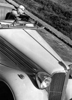 Renault Nevasport, Paris Photo by Robert Doisneau. Robert Doisneau, Henri Cartier Bresson, Harlem Renaissance, Vintage Photography, Street Photography, Old Photos, Vintage Photos, Legion Of Honour, Autos