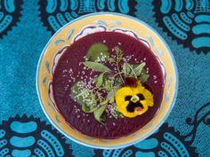Além de nutritiva, esta sopa fica linda na hora de servir