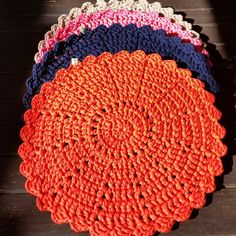 Sousplat em crochê feito em fio de malha.  Tamanho: 40 cm de diâmentro  Cores sob consulta  Mínimo de 2 peças de cada cor.