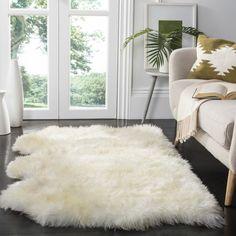 comment décorer son salon, tapis en fausse fourrure, sol gris, canapé beige, grande fenêtre