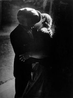 Brassaï - Couple s'embrassant, Paris, 1932