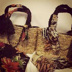 Borse in paglia con foulard e gioielli